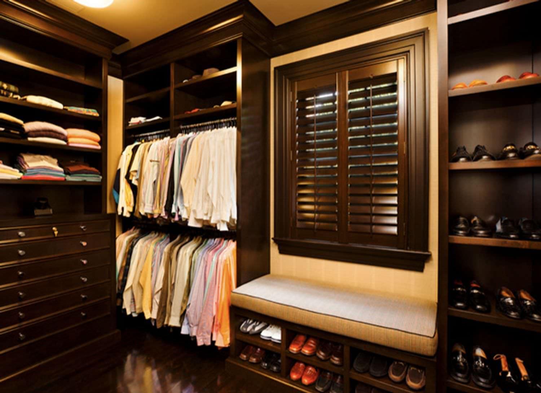 Деревянная комната с использованием темного дерева, гардероб.